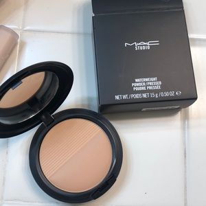 MAC Waterweight Pressed Powder in Medium Golden